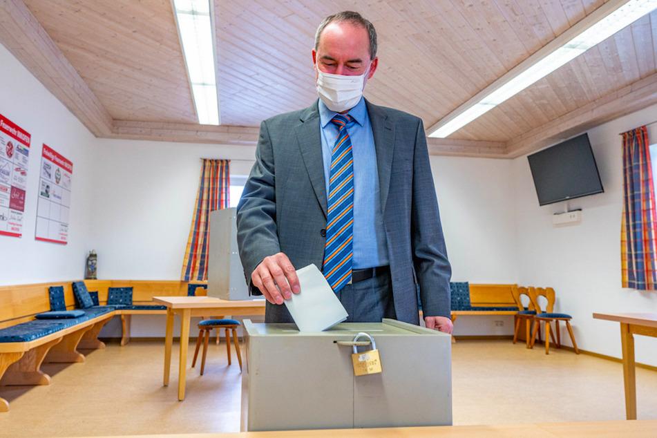 Hubert Aiwanger (50), Bundesvorsitzender der Freien Wähler, wirft seinen Stimmzettel zur Bundestagswahl in die Wahlurne des Wahllokals in Inkofen.