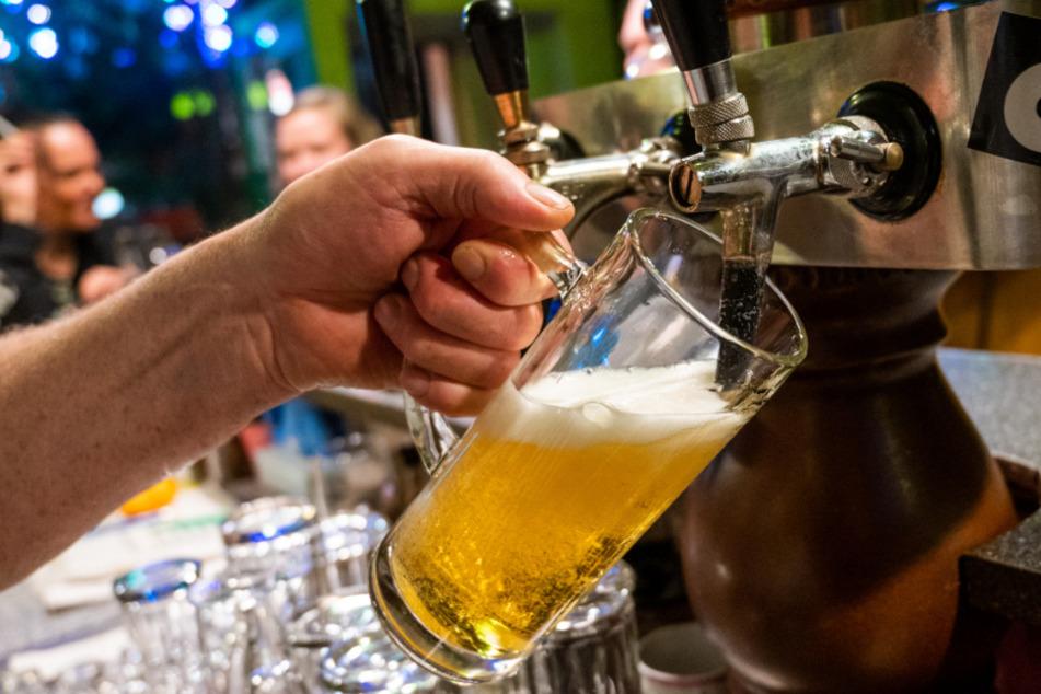 In einer Berliner Gaststätte wird ein Bier gezapft.