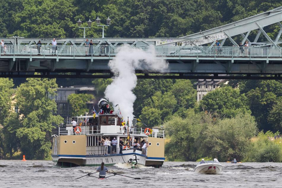 """Sportboot, Ruderboot und der Dampfer """"Pillnitz"""" begegneten sich auf der Elbe unterhalb der Brücke des Blauen Wunders."""