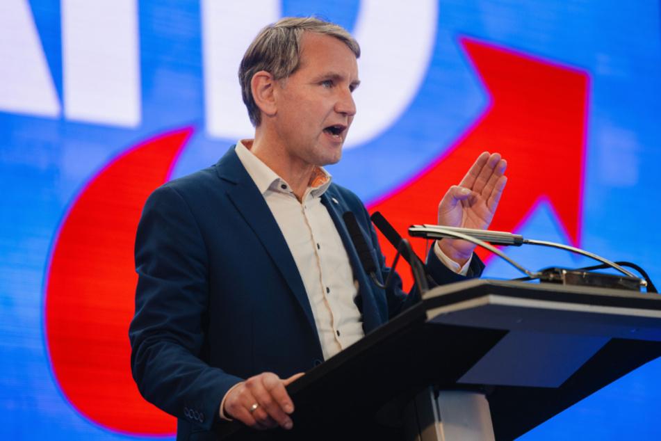 """Björn Höcke (49) spricht auf dem Landesparteitag der Thüringer AfD in Ruhla. Dort bezeichnete der 49-Jährige die Corona-Politik als """"in großen Teilen eine einzige Inszenierung""""."""