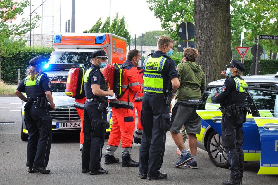 Einsatzkräfte stehen am UKE in Eppendorf. Zuvor ist dort ein Mann mit einem Messer verletzt worden.