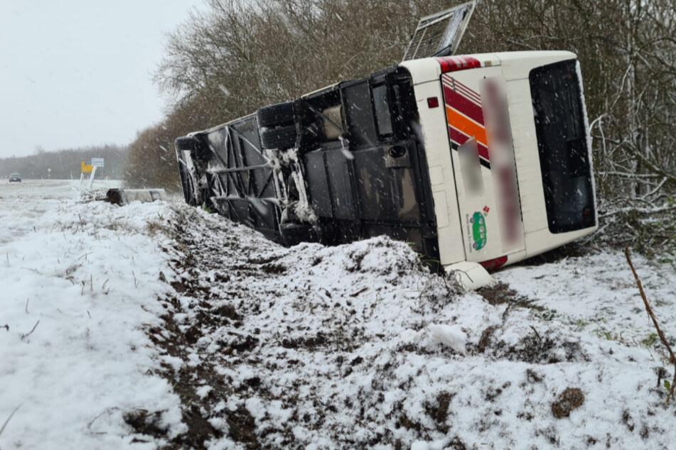 Linienbus in Graben gekippt, Auto knallt gegen Baum: Zahlreiche Glätteunfälle bei Leipzig