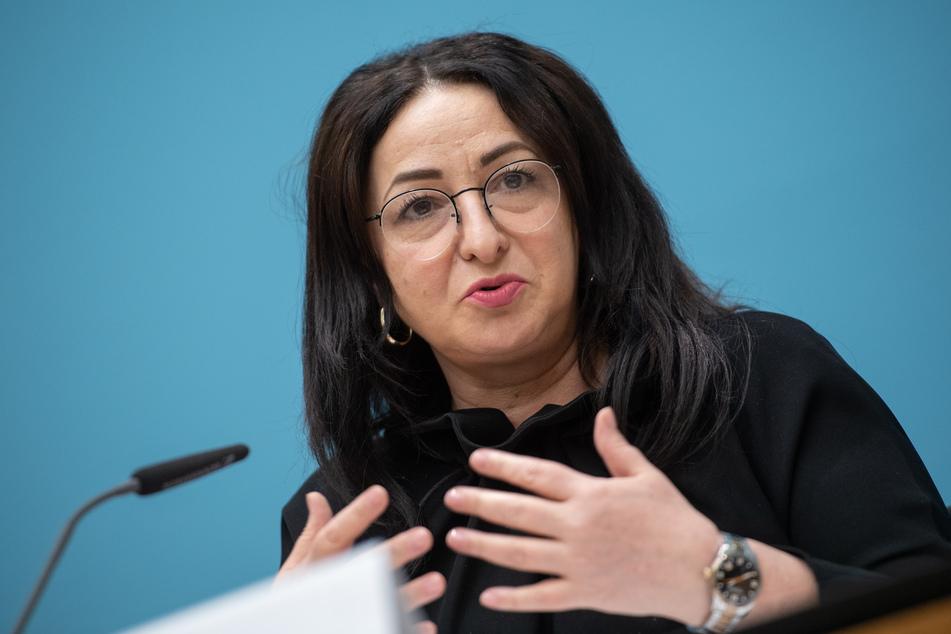 Berlins Gesundheitssenatorin Dilek Kalayci (SPD) will an Abstands- und Maskenpflicht festhalten.