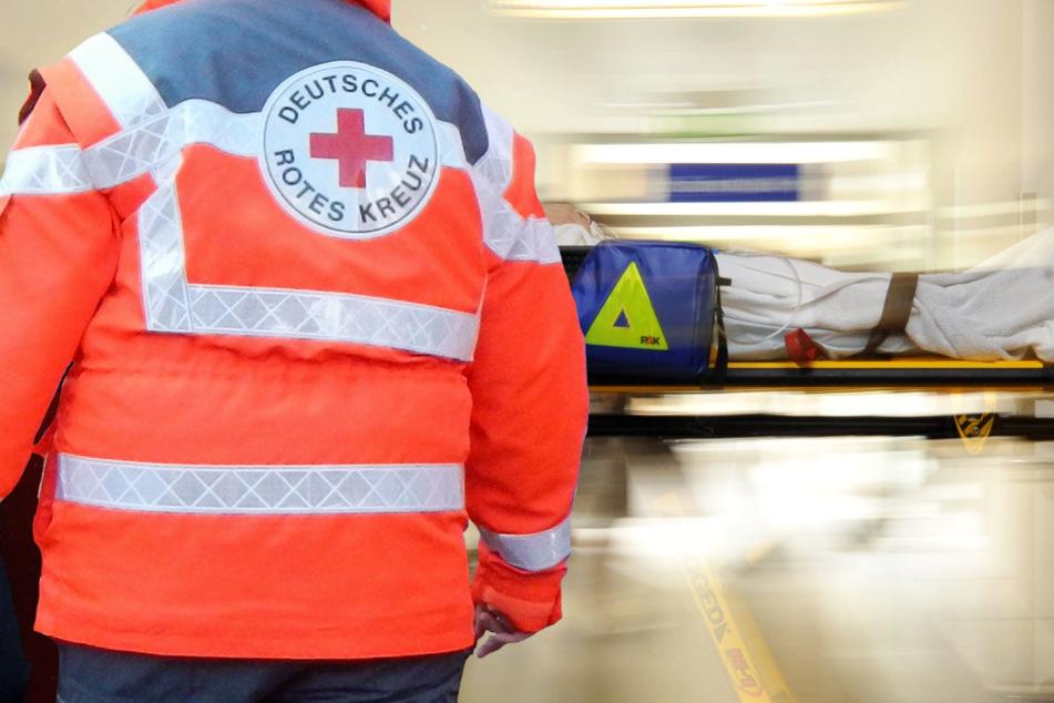 Der Rettungsdienst brachte den Verwundeten auf dem schnellsten Weg in eine Klinik (Symbolbild).
