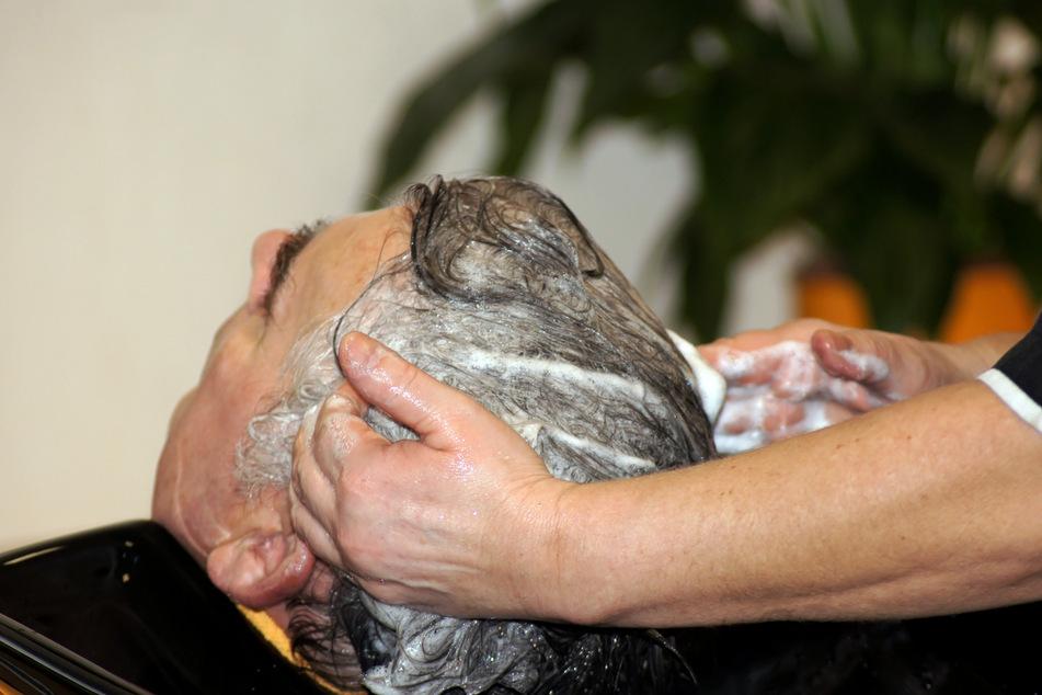 Die Frau hatte dem Kunden die Haare gewaschen. (Symbolbild)