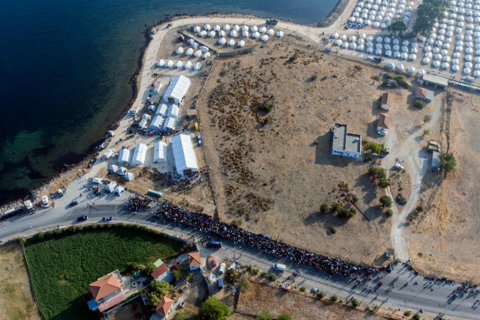 Kara Tepe: Eine größere Gruppe von Migranten wartet darauf, in das neue provisorische Flüchtlingslager gelassen zu werden.