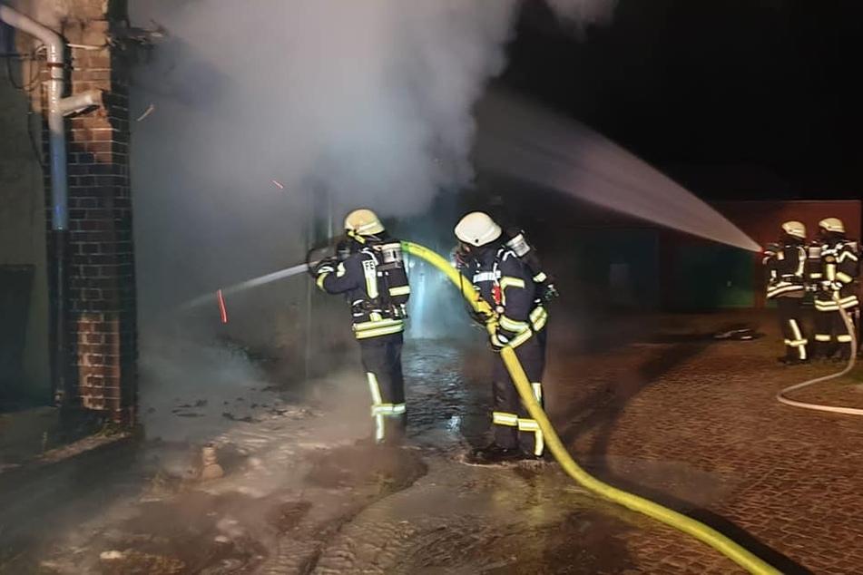 In einer Halle in der Chemnitzer Straße brannte ein Mercedes komplett aus.