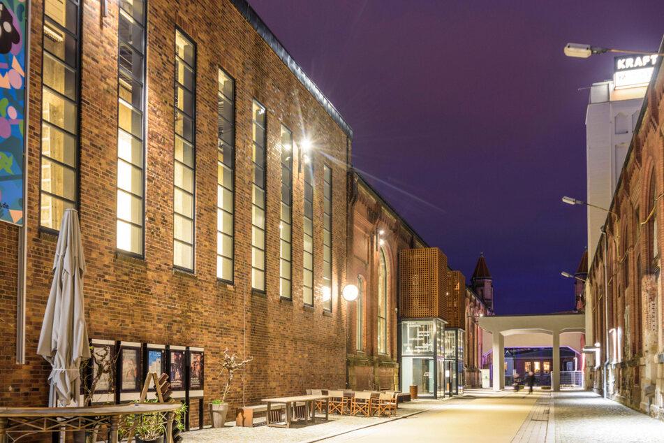 Das Kulturkraftwerk bei Nacht. Links der Theatereingang, ganz rechts der künftige Eingang zur Brauerei.