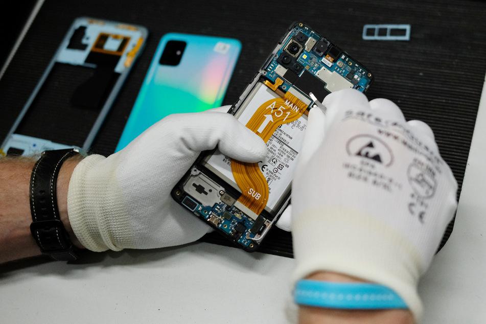 Reparatur eines Mobiltelefones in der Werkstatt der Komsa AG. Der Technologie-Händler und Dienstleister Komsa will das Geschäft mit gebrauchten und generalüberholten Smartphones forcieren.
