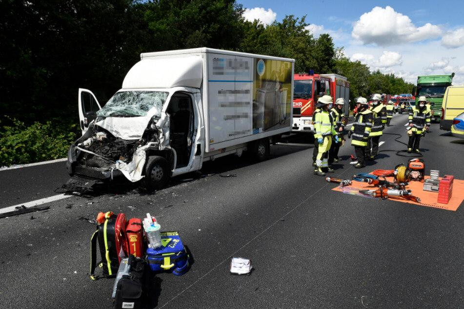 Schwerer Unfall auf A99: Kleintransporter kracht am Stauende in Lkw