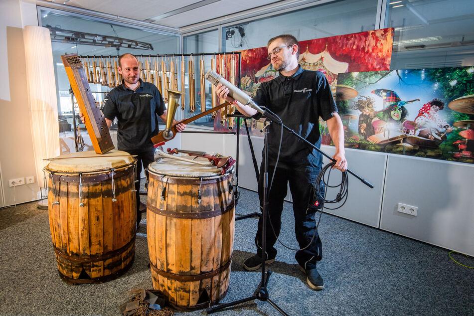 """Im Tonstudio bereiten Techniker Enrico Frenzel (42, l.) und Erik Ludwig (32) eine Hörbuchproduktion der """"Funkelstadt"""" vor."""
