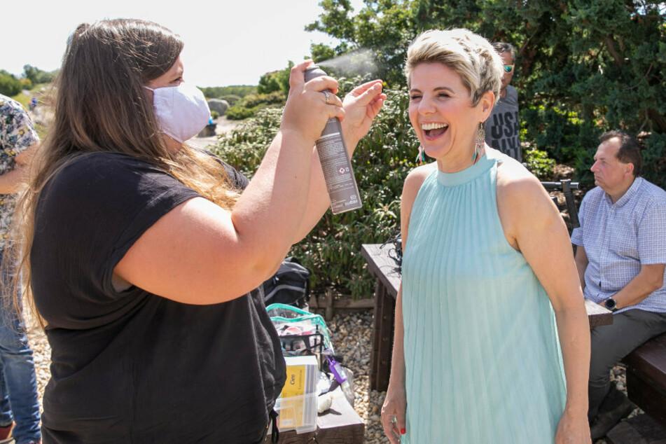 Noch schnell die Frisur gerichtet, dann kann Linda Feller (r.) zum Videodreh vor die Kamera.