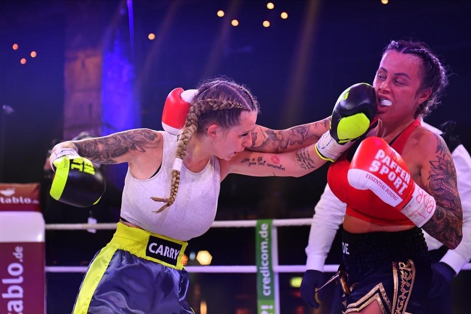 """Jade Übach (26) und Carina Spack (24) schenkten sich beim Sat.1 """"Promi-Boxen"""" nichts! Am Ende hatte Carina die Nase vorn und gewann gegen ihre Konkurrentin."""