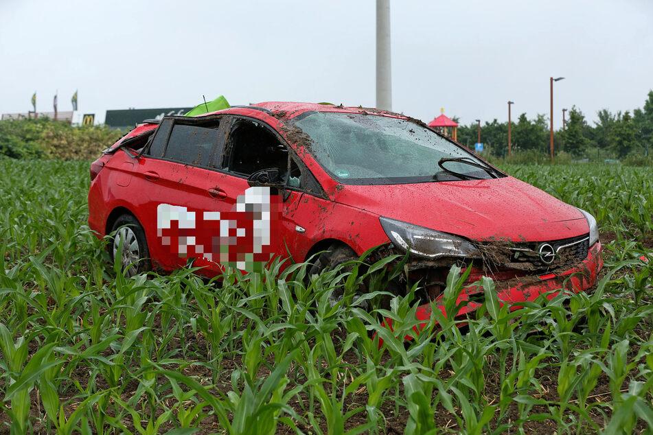 Der rote Opel sei auf der regennassen Fahrbahn ins Schleudern geraten.