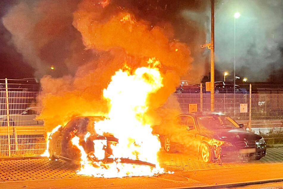 Am Audi entstand ein Totalschaden. Ein angrenzend geparkter BMW wurde durch die enorme Hitzeeinwirkung beschädigt.