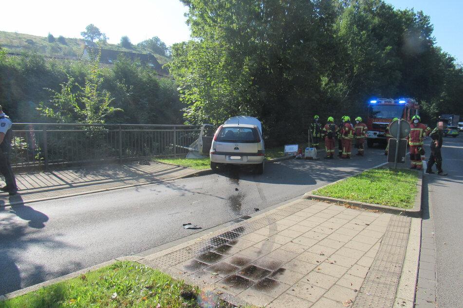Die Seniorin (71) war am Montag ungebremst über einen Kreisverkehr gerast. Ihr Opel Corsa landete anschließend in einem Grünstreifen.