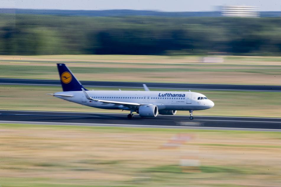 Ein Flugzeug der Lufthansa startet als erster Flug des Tages am Flughafen Berlin-Tegel Richtung Frankfurt.