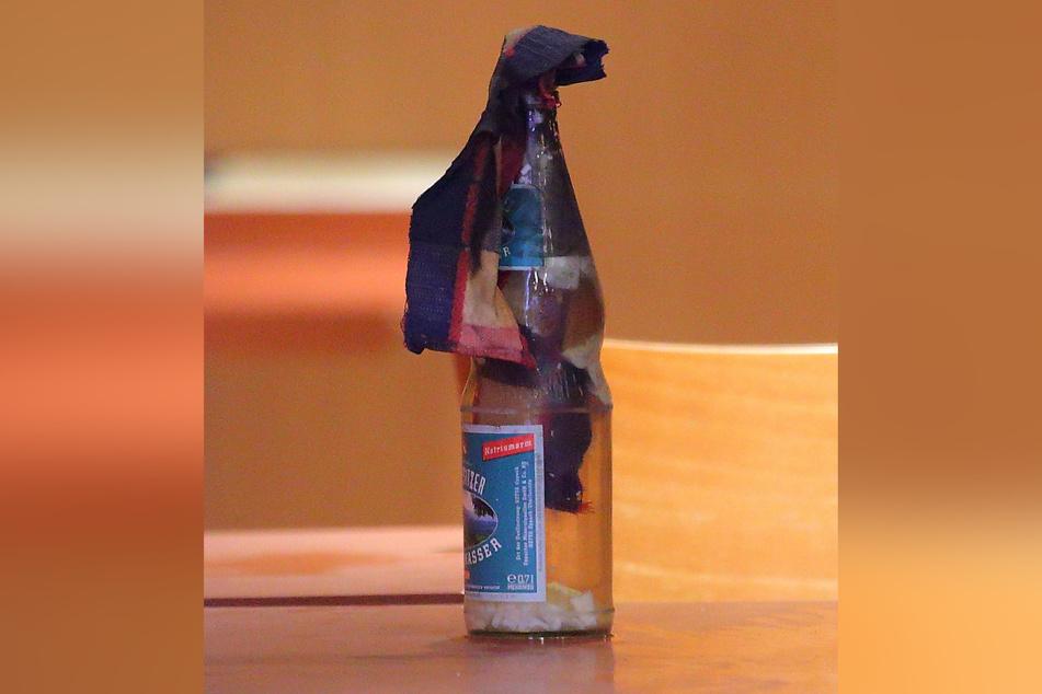 Der Molotow-Cocktail, gebastelt aus einer leeren Flasche Mineralwasser, die mit Grillanzünder und Lampenöl gefüllt wurde.