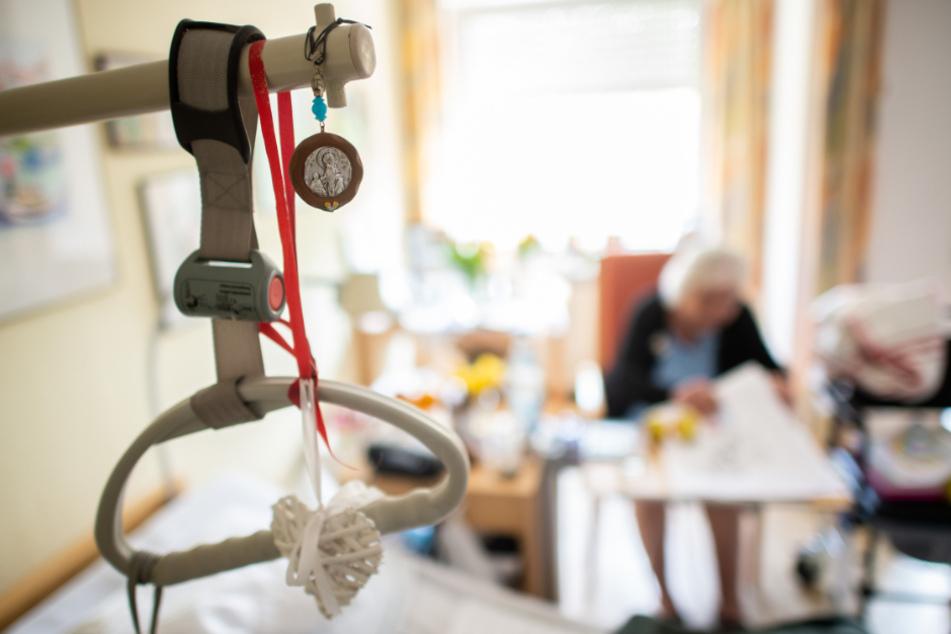 Wer in Kliniken oder Altenheimen arbeitet, soll nach Willen der SPD auf das Coronavirus getestet werden. (Symbolbild)