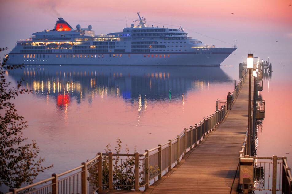 """Das Kreuzfahrtschiff """"Europa"""" passiert am frühen Morgen die Seebrücke in Wismar-Wendorf auf dem Weg zum Hafen."""
