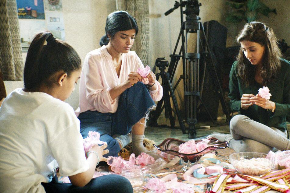 Maryam (M., Mila Al Zahrani) und ihre Schwestern Sara (l., Nora Al Awadh) sowie Selma (Dae Al Hilali) stehen vor einer nervlichen Zerreißprobe.