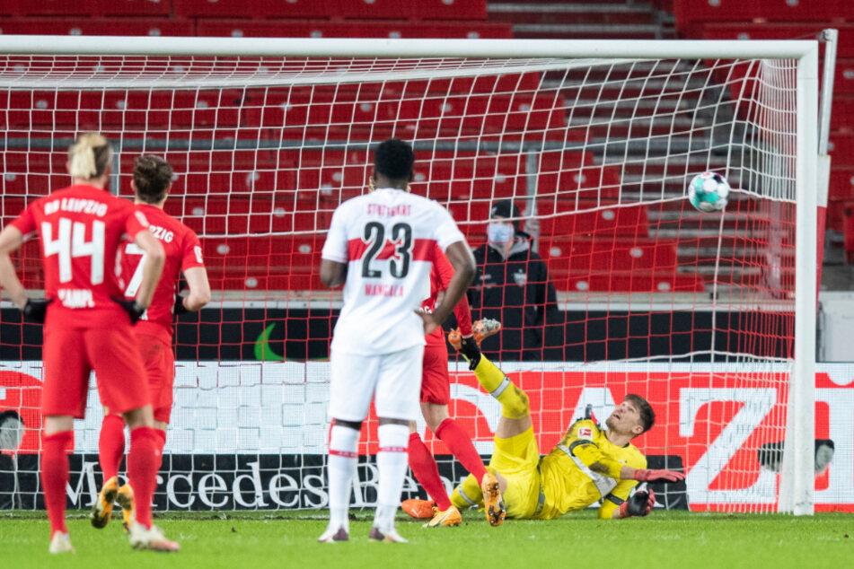 VfB-Schlussmann Gregor Kobel (r.) hält den Elfmeter von RB Leipzigs Emil Forsberg.