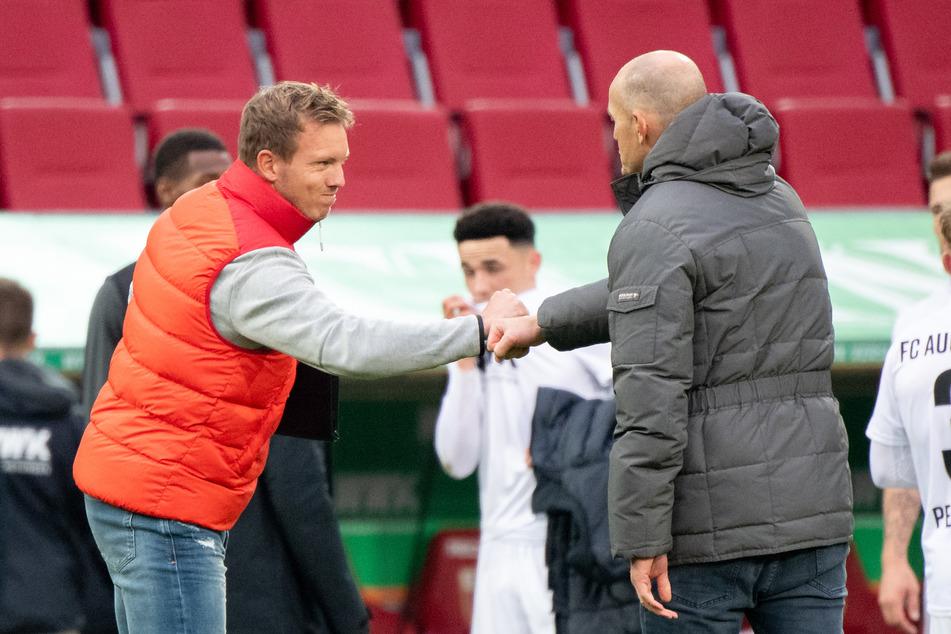 """So sieht """"shake hands"""" in Coronazeiten aus: RB Leipzigs Julian Nagelsmann (l.) verabschiedet sich von Augsburgs Heiko Herrlich."""