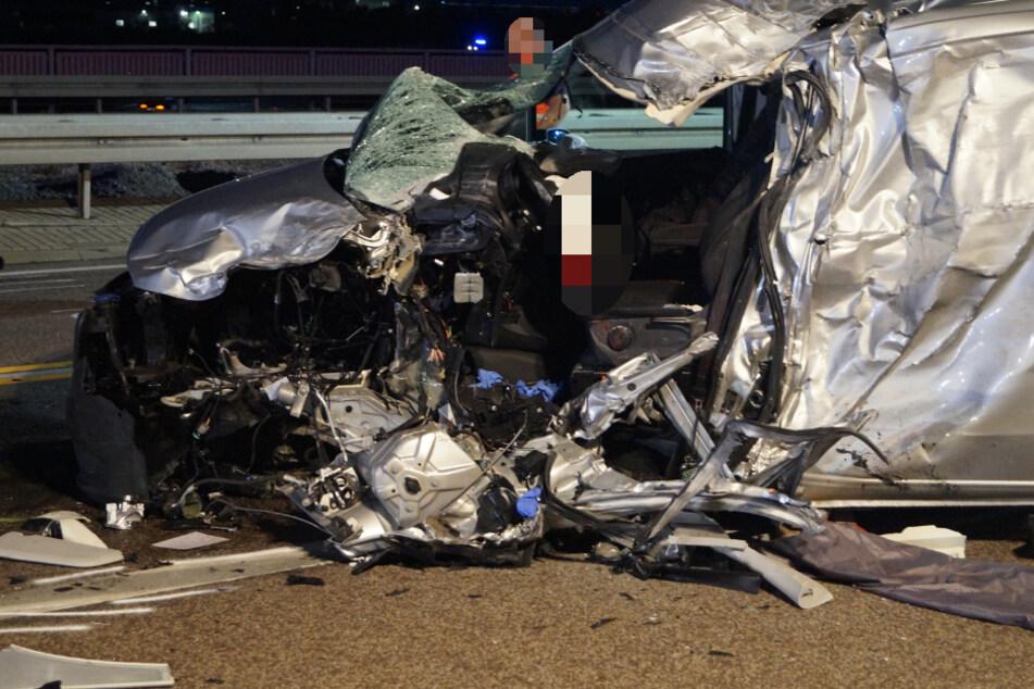 Der Wagen des Unfallfahrers wurde durch den Aufprall vollkommen zerstört, der Fahrer tödlich verletzt.