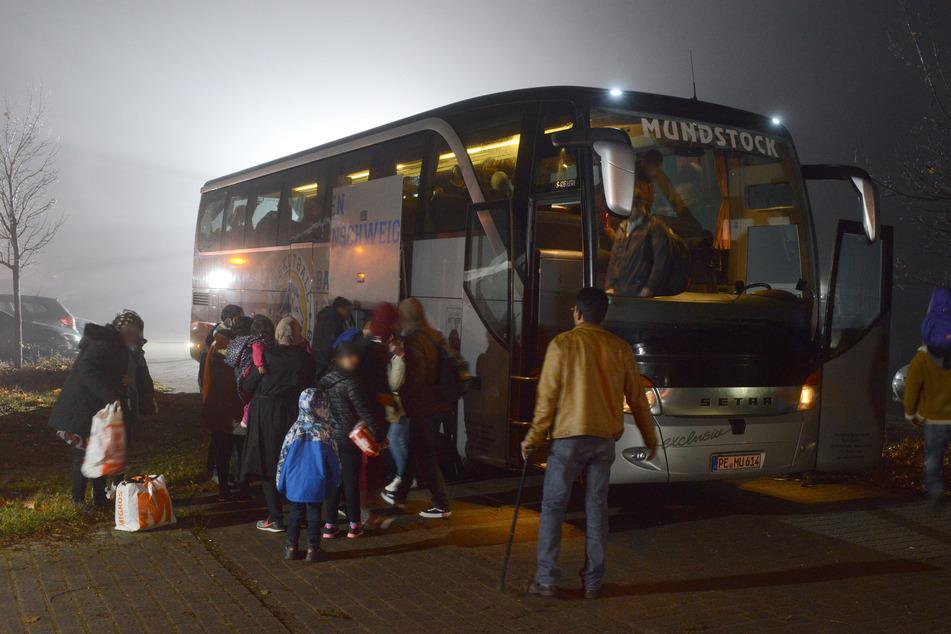 Flüchtlinge kommen auf dem Gelände einer Notunterkunft an. (Archivbild)