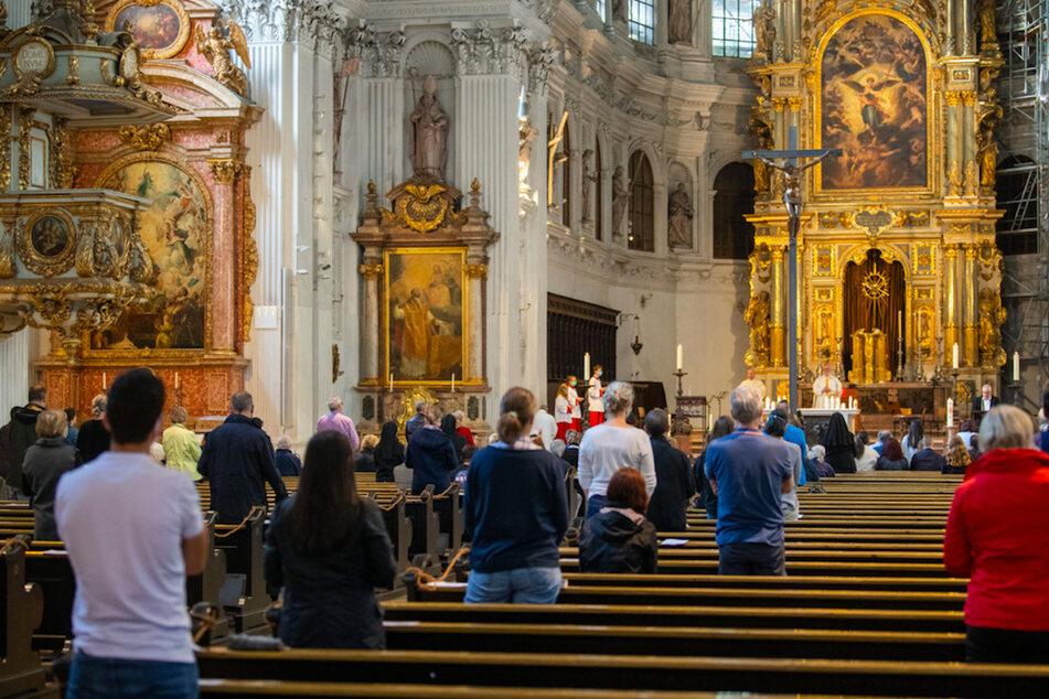 Mittlerweile sind Gottesdienste, wie hier in München, wieder erlaubt - mit Abstand.
