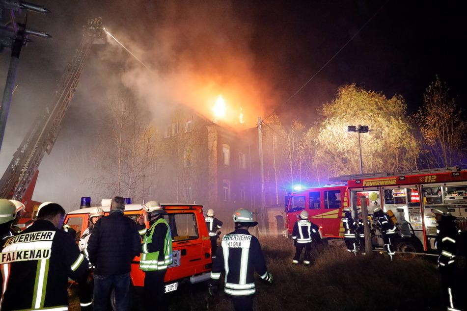 Dutzende Einsatzkräfte der Feuerwehr waren vor Ort, kämpften gegen die Flammen.