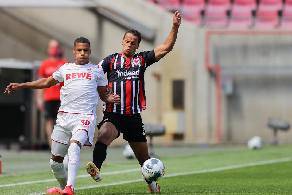 Kölns Ismail Jakobs (l.) und Frankfurts Timothy Chandler versuchen an den Ball zu kommen.