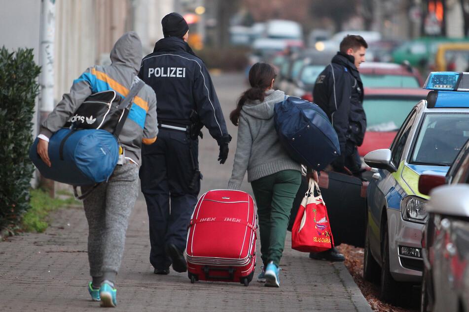 Abgelehnte Asylbewerber werden von der Polizei abgeholt. (Symbolbild)