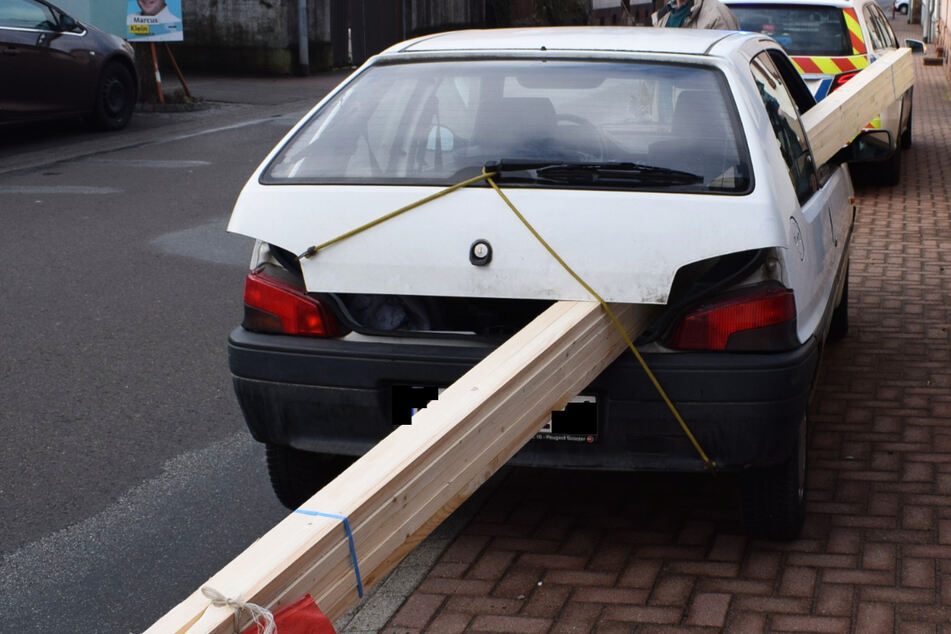 Auto von Holzbalken durchbohrt? Die Polizei staunt nicht schlecht