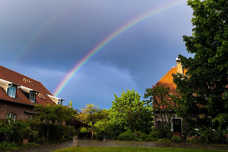 Wechselhaftes Wetter zaubert Regenbogen über Köln