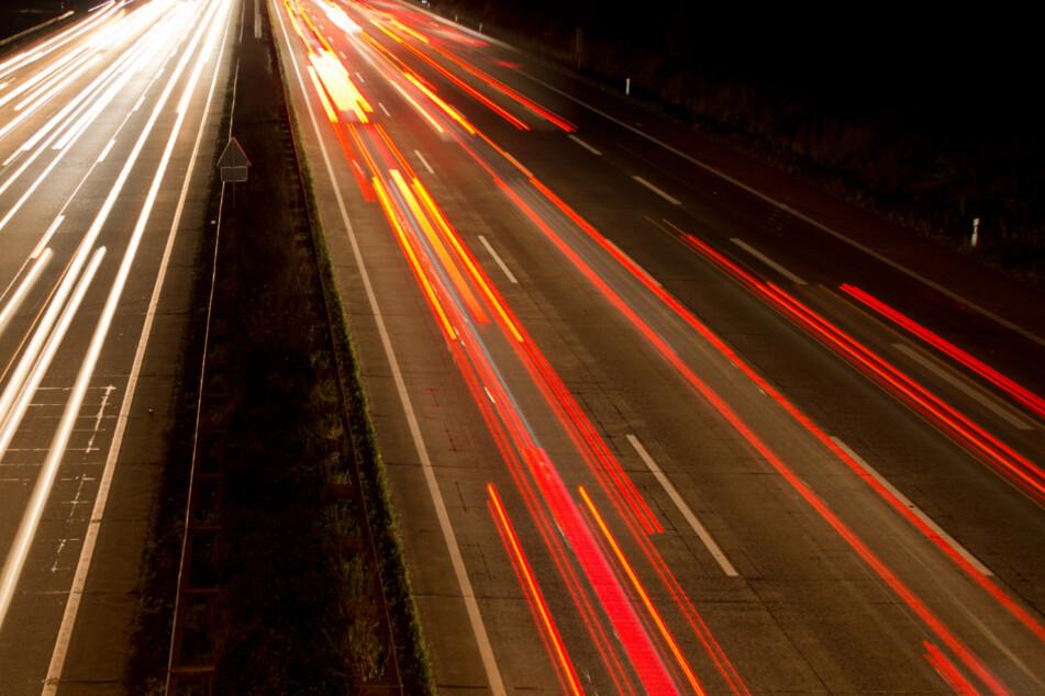 Sturzbetrunkener Münchner nachts mit Fahrrad auf A9 unterwegs