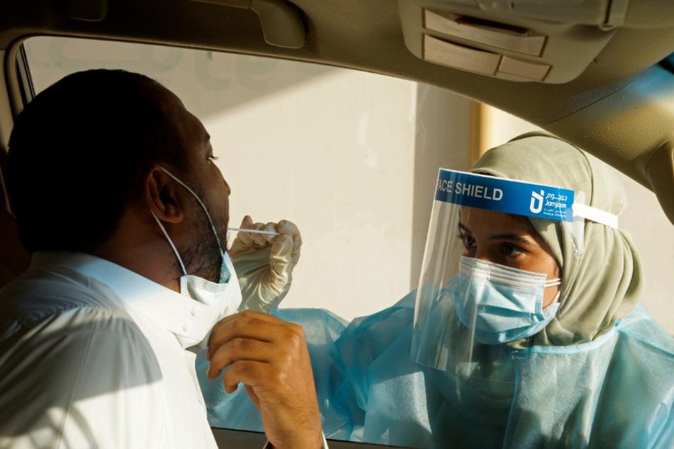 Dschidda: Eine saudische Mitarbeiterin des Gesundheitswesens nimmt einen Abstrich für einen PCR-Test in einem Testzentrum der König-Abdulaziz-Universität.