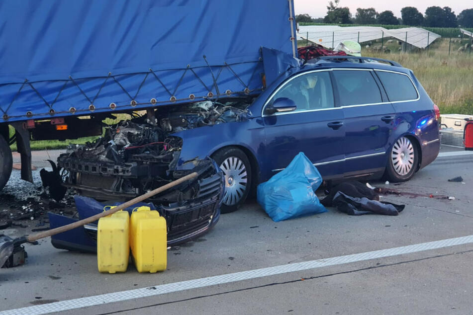 Mehrere Menschen wurden bei dem Unfall schwer verletzt, ein Insasse verlor dabei sein Leben.
