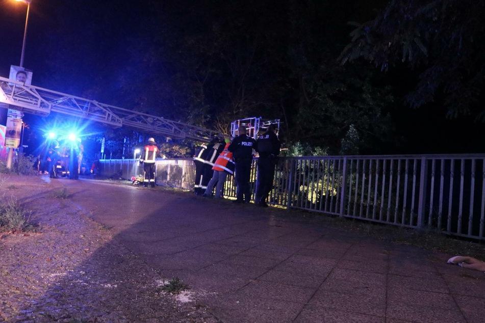 Berliner Feuerwehr und Polizei waren im Einsatz, weil eine Person von einer Brücke stürzte.