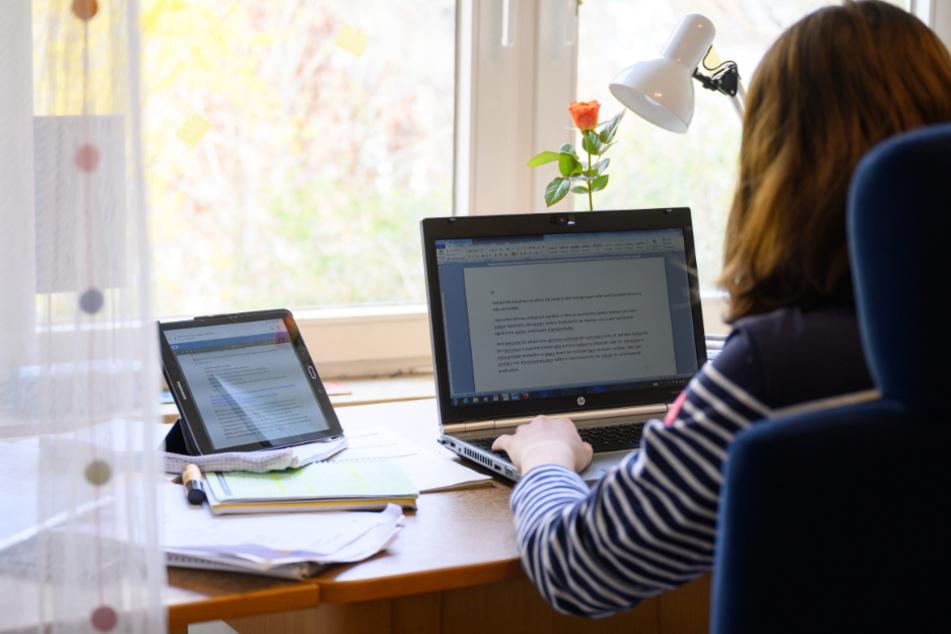 Eine Schülerin sitzt am Schreibtisch und lernt. (Symbolbild)