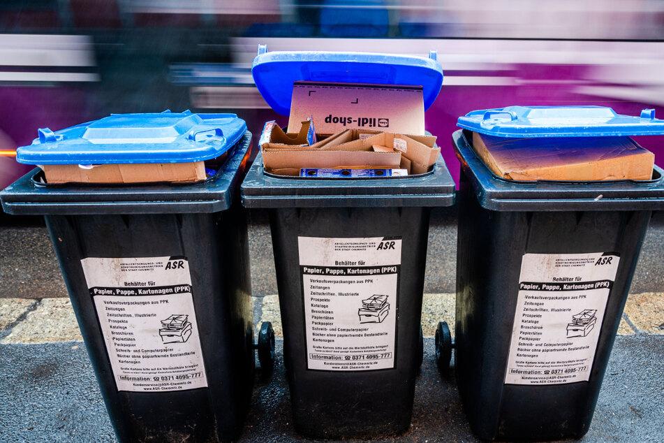 Übervolle blaue Mülltonnen. Dresden hat ein Müll-Problem.
