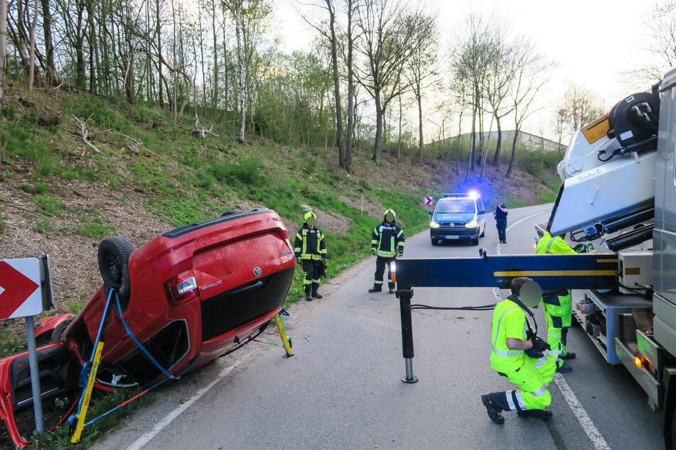 Ein Skoda-Fahrer kam am Montagabend von der Straße der Einheit in Schwarzenberg ab und landete im Straßengraben. Die Feuerwehr sicherte das Fahrzeug.