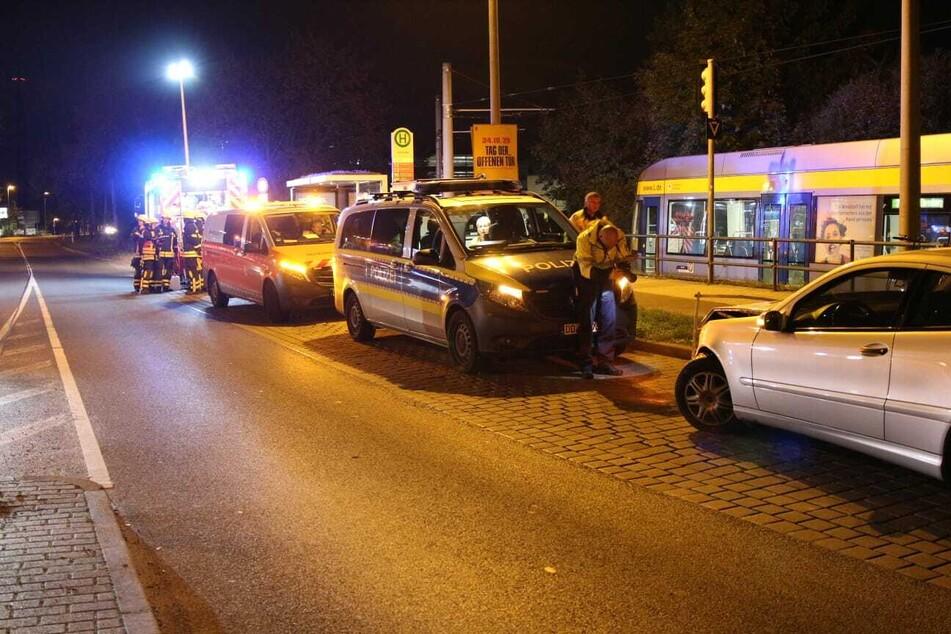 Der Taxifahrer soll dabei Verletzungen erlitten haben. Die Fahrerin eines ebenfalls beteiligten Mercedes blieb unverletzt.