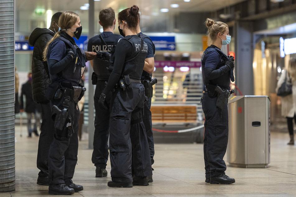 Polizisten bei einer Kontrolle am Kölner Hauptbahnhof (Archiv).