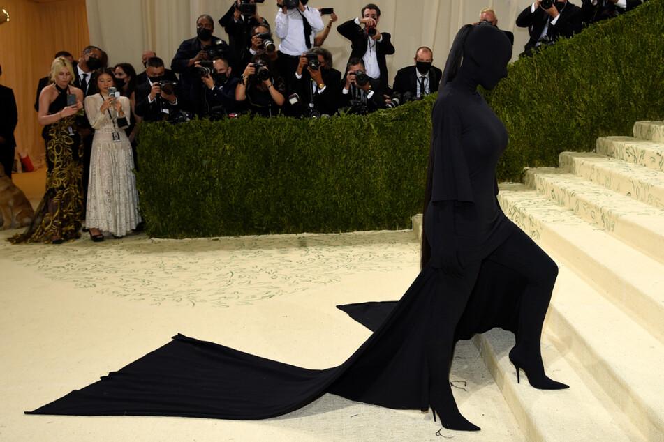 Kim Kardashian komplett in Schwarz verhüllt: Was will sie damit bezwecken?