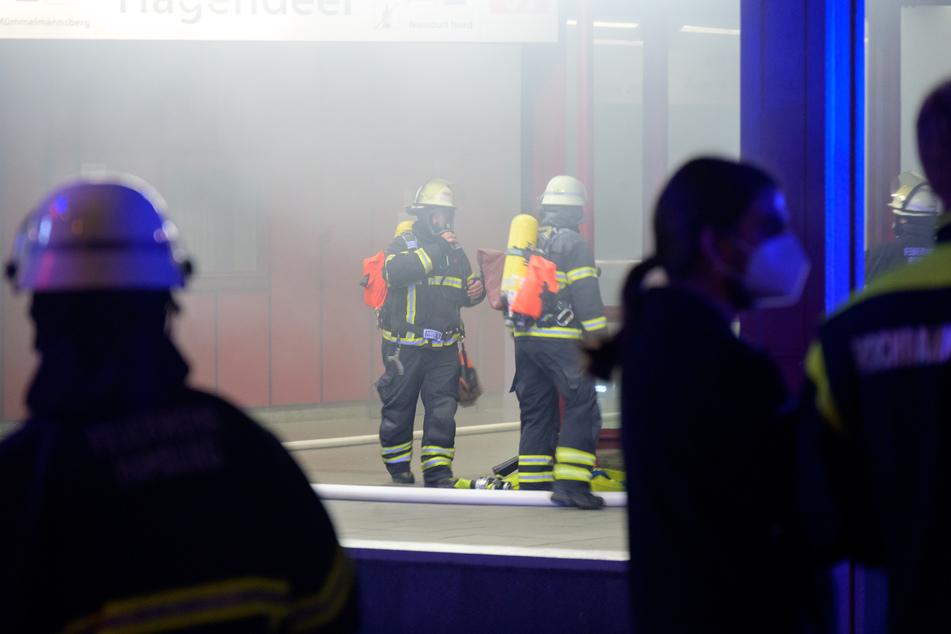 Die Feuerwehrleute im Einsatz am verqualmten U-Bahnhof Hagendeel.