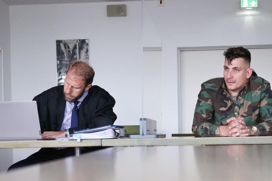 Gzuz (32, rechts) sitzt mit seinem Anwalt Christopher Posch im Gerichtssaal.