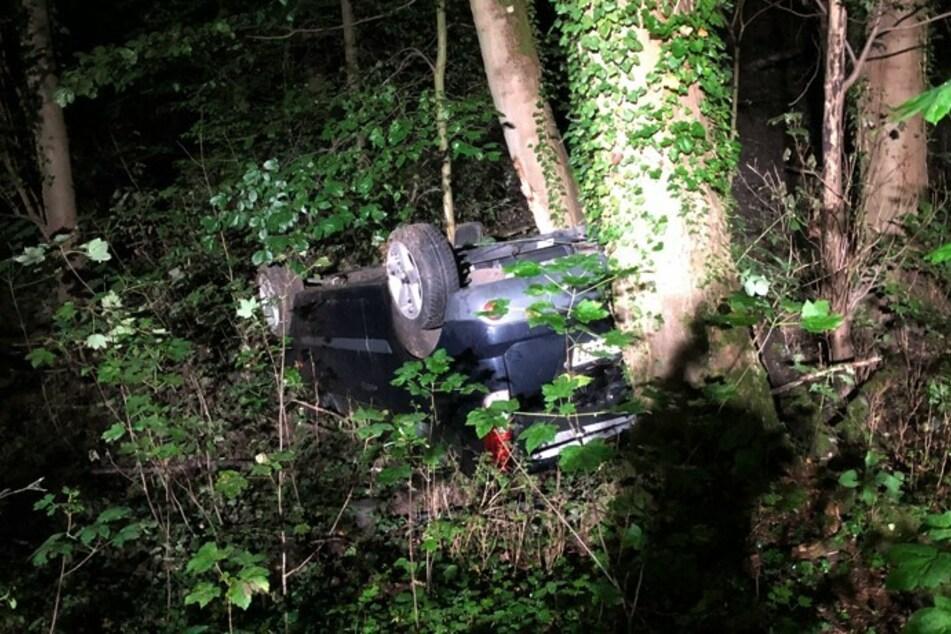 Das Auto war bei dem Unfall in Herzogenrath am Sonntagabend auf dem Dach liegen geblieben. Zuvor hatte es sich überschlagen.