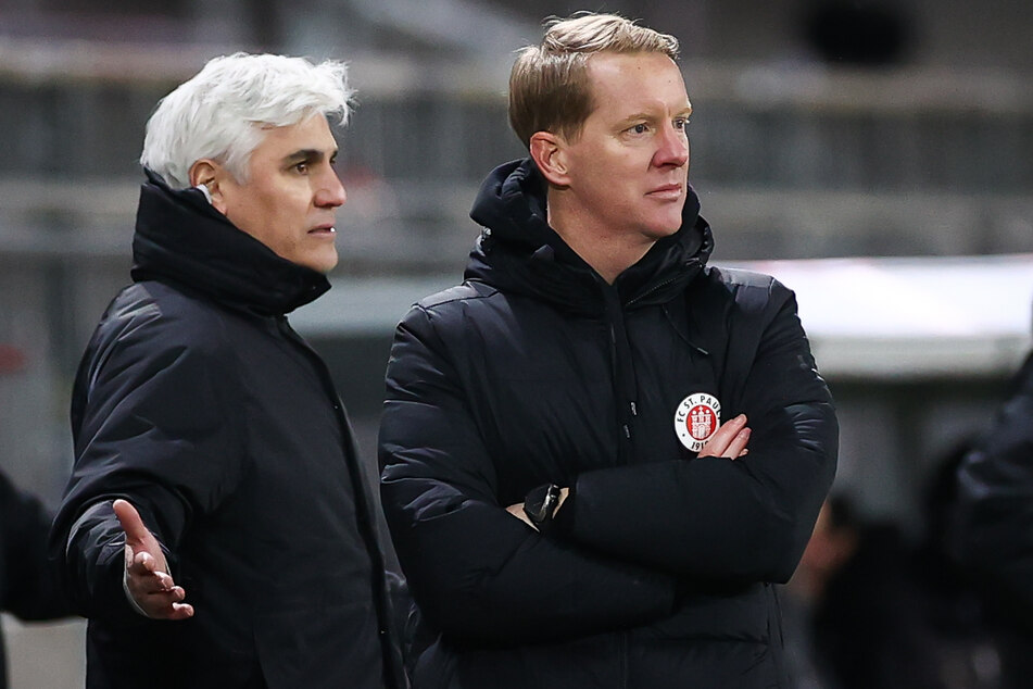 Trotz guter Transfers und starker Leistungen unter Coach Timo Schultz (43, r.) hat Bornemann immer noch nicht alle Fans des Kiezklubs von sich überzeugt. (Archivfoto)