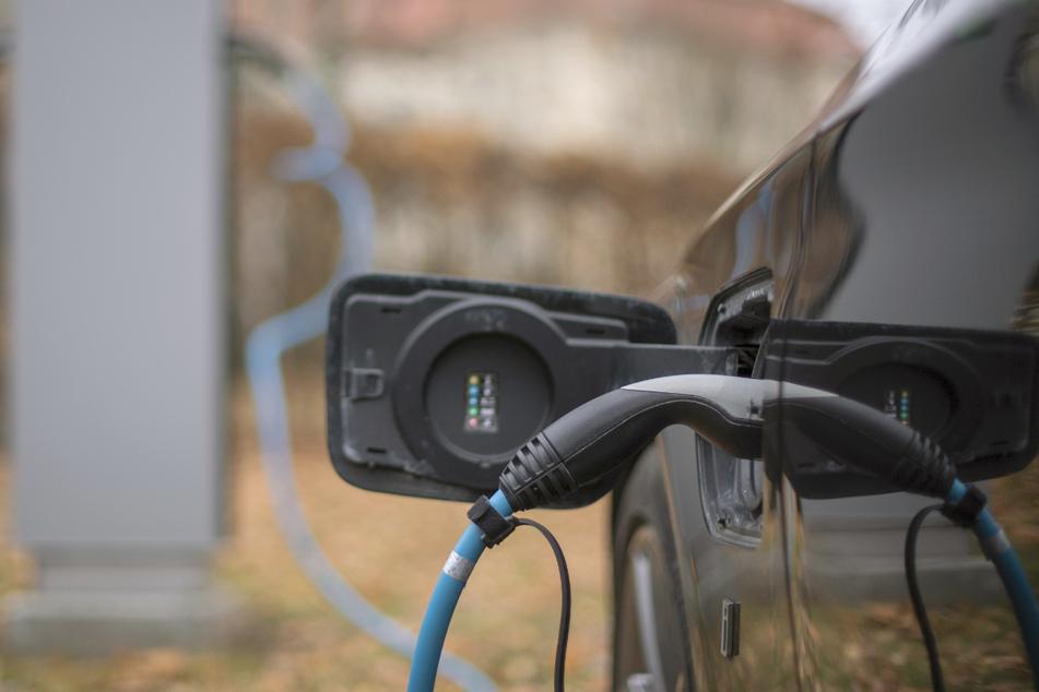 Ein Elektroauto wird an einer Ladesäule geladen. Jedes sechste 2020 neu zugelassene Auto in Baden-Württemberg hat einen elektrischen Antrieb.